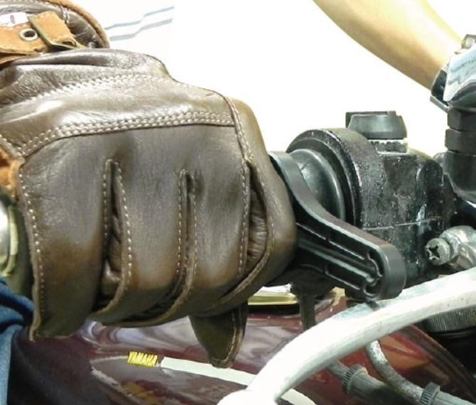 本体のスリットを軽く広げ、シリコンリングの上から装着する