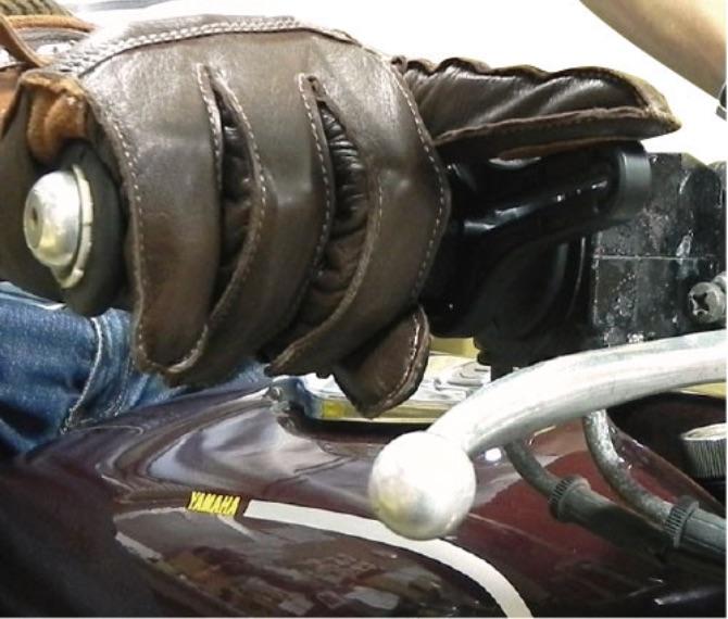 速度を固定したい時は、人さし指で本体をブレーキレバー上面に押付けて固定
