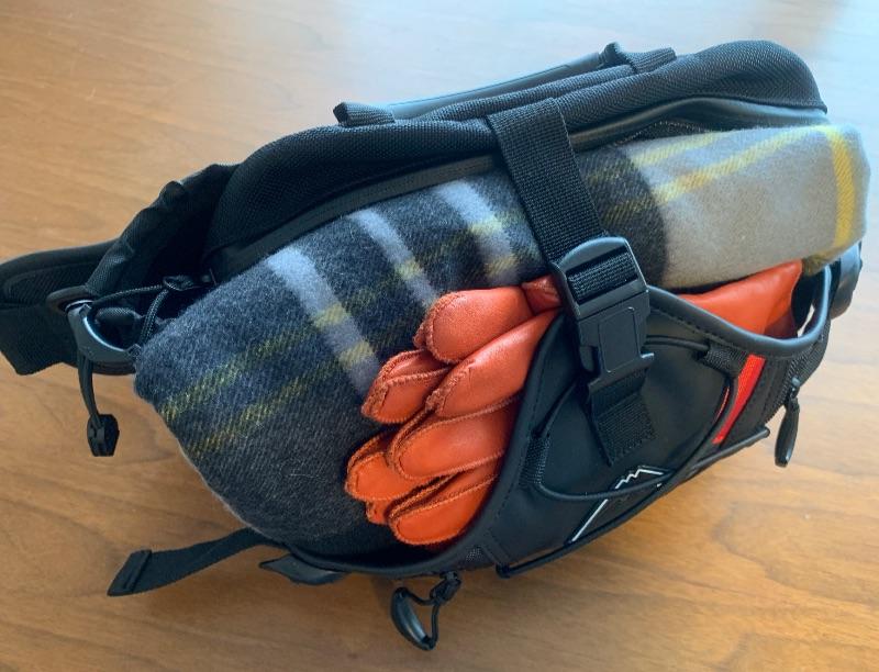 クシタニ ヒップバッグ K-3586は、全面にお土産など物を入れることができる。