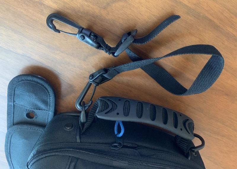 マグレス5500Sは持ち手付きで、バイクにくくりつける紐があるので落下の心配がない