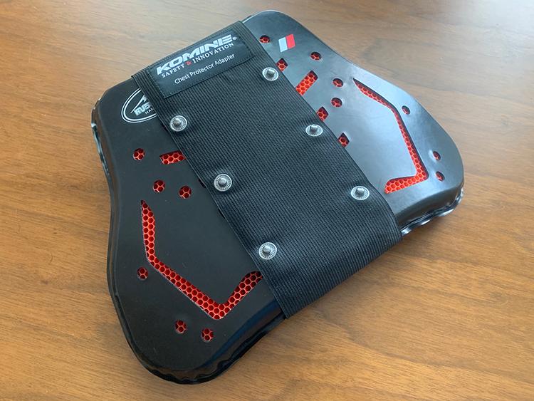 クシタニ胸部プロテクターにアダプターを装着