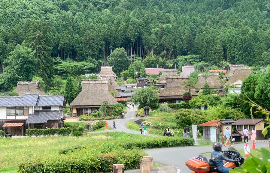 築200年とも言われるかやぶき屋根の民家が立ち並ぶ美しい里山風景