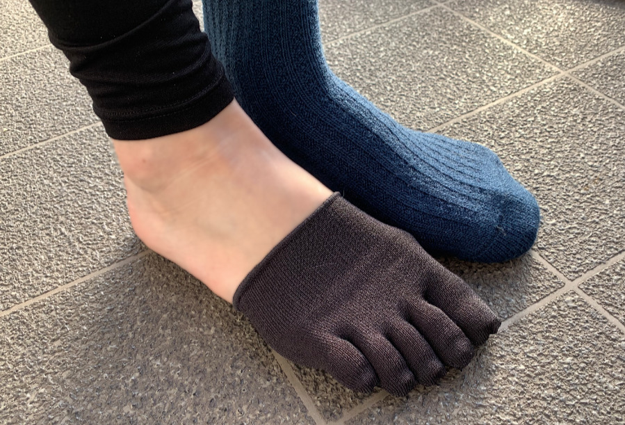 Tabio タビオ しっとり絹のつま先5本指ソックスは、シルク素材ということもあり肌がうっすら見えるほど薄手の靴下